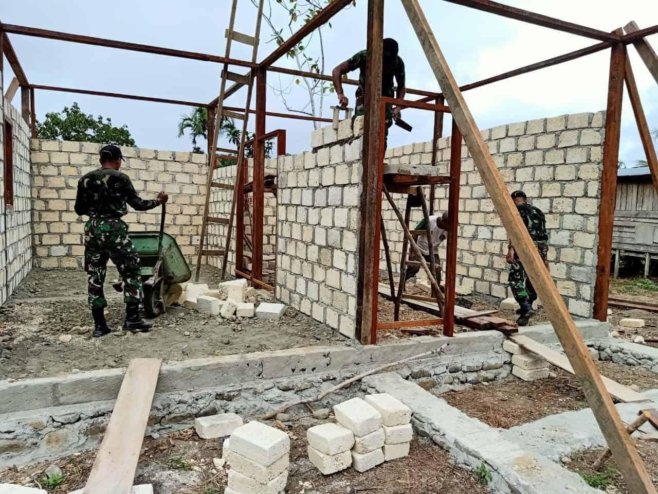 Prihatin, Satgas Yonif 509 Hadiahkan Rumah Baru Untuk Jhon Wei