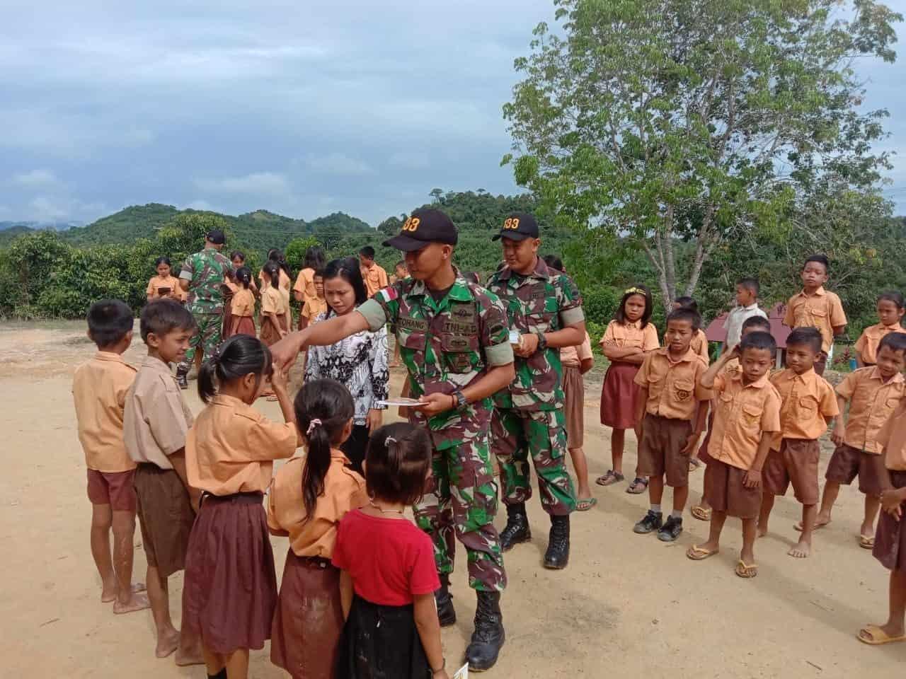 Tingkatkan Kualitas Belajar Anak Sanggau, Satgas Yonif 133/YS Bagikan Buku