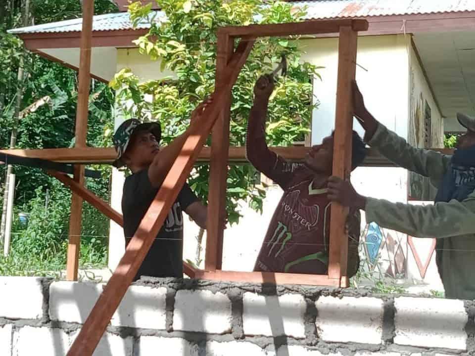 Gotong Royong Bangun Rumah, Satgas Yonif 300 Eratkan Kebersamaan di Papua