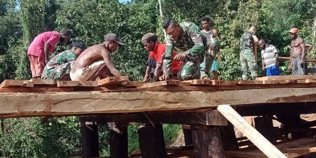 Satgas Yonif 406 Perbaiki Jembatan Kali Kombom Papua
