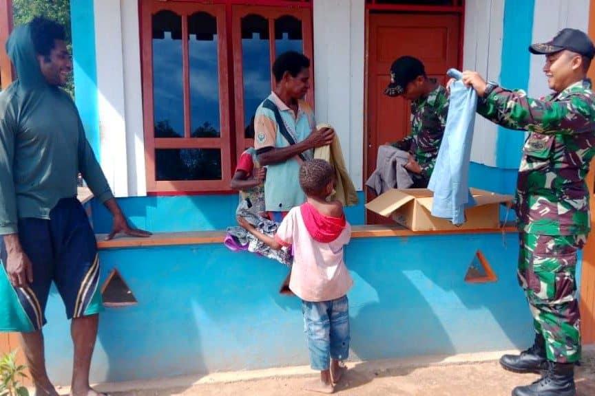 Bagikan Baju Layak Pakai, Kasih Satgas Yonif MR 411 di Papua