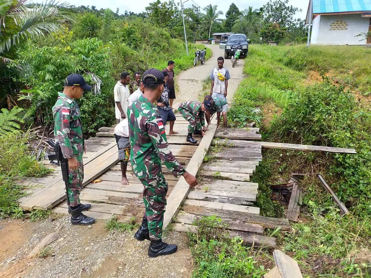 Perbaiki Jembatan Yuruf, Satgas Yonif 509 Hubungkan Kampung di Papua