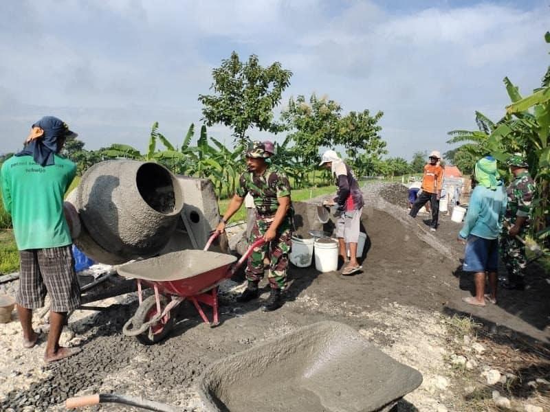 Rusak dan Berlubang, Koramil Kedungpring Perbaiki Akses Jalan Utama