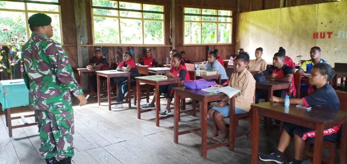 Bantu Mengajar, Satgas Yonif 754 Tanamkan Wawasan Kebangsaan Generasi Muda Papua