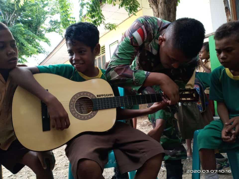 Latih Musik Anak Perbatasan, Satgas Yonif R 142 Hindarkan Dampak Phubbing