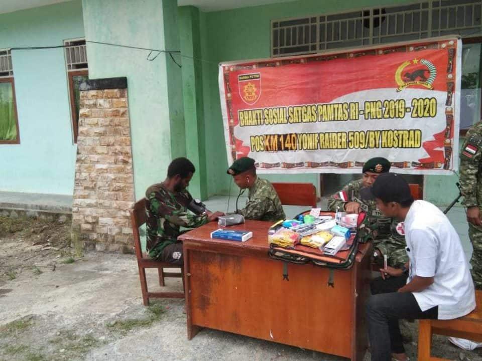 Peduli Kesejahteraan Warga Papua, Satgas Yonif R 509 Gelar Pengobatan dan Bagi Sembako di Monggoepi