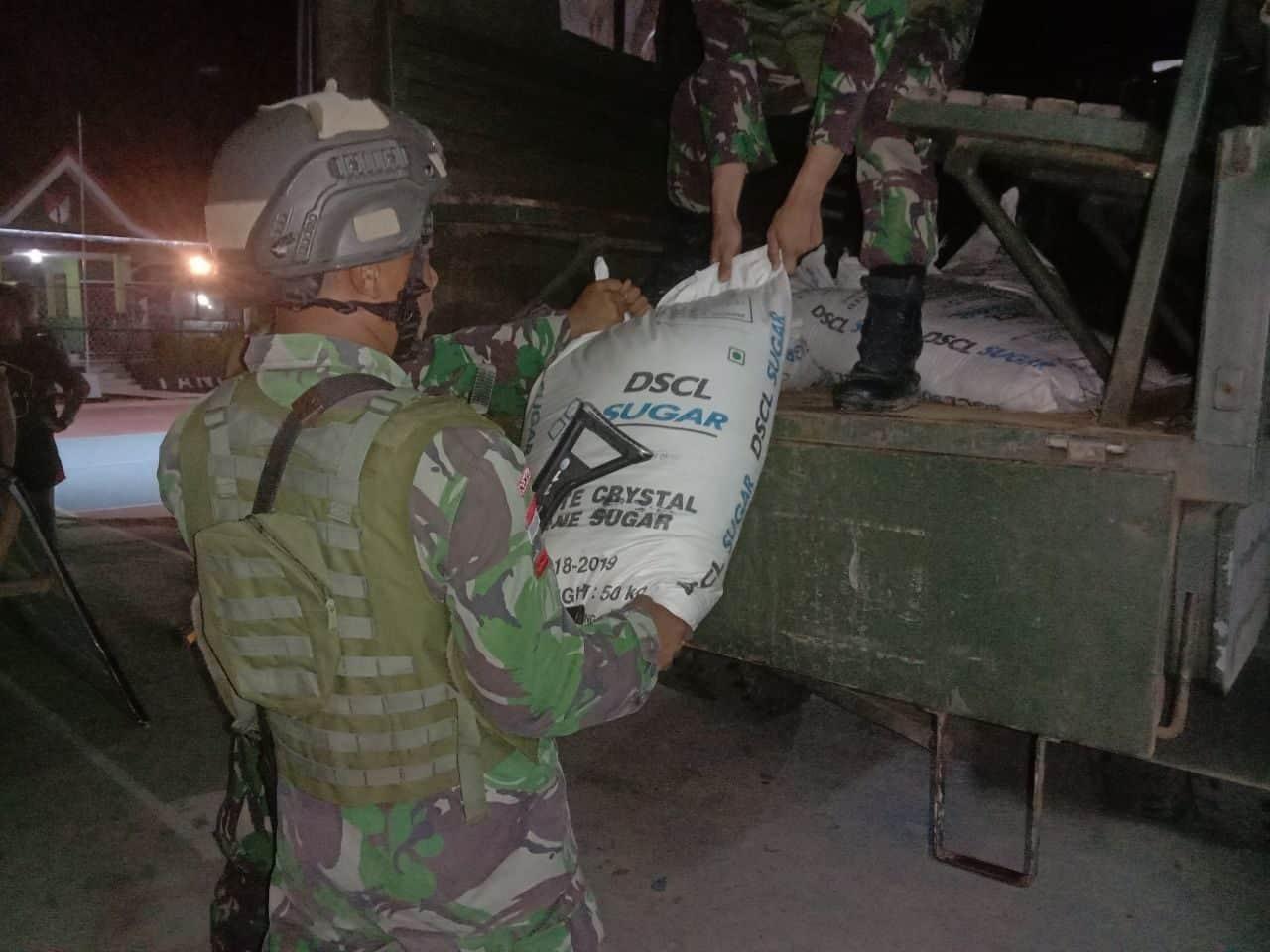 Satgas Yonif R-641/Bru Amankan Gula Ilegal 1,35 Ton di Entikong