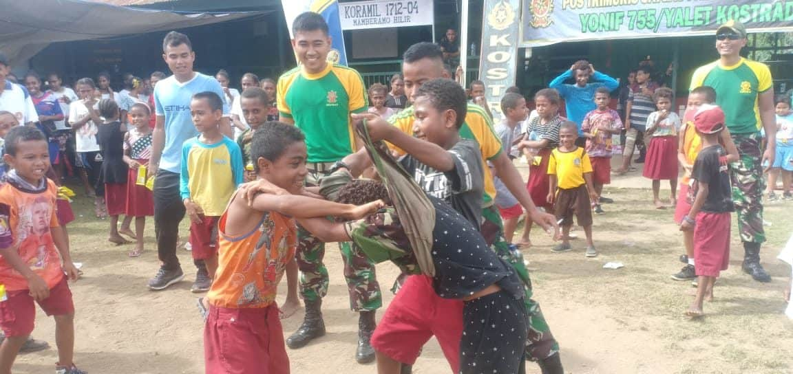 Atraksi Anak Papua, Bergembira Bersama Satgas Yonif 754