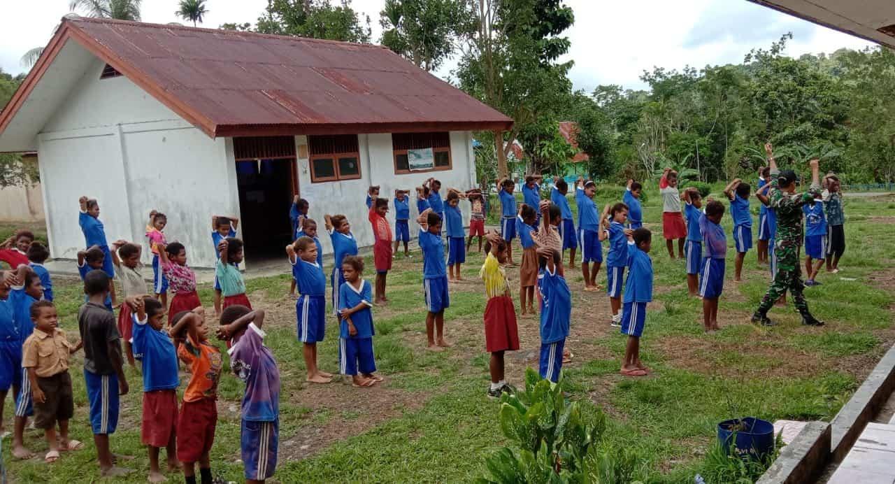 Senam Bersama Pelajar SD, Satgas Yonif 509 Jaga Kebugaran dan Imunitas Anak Papua