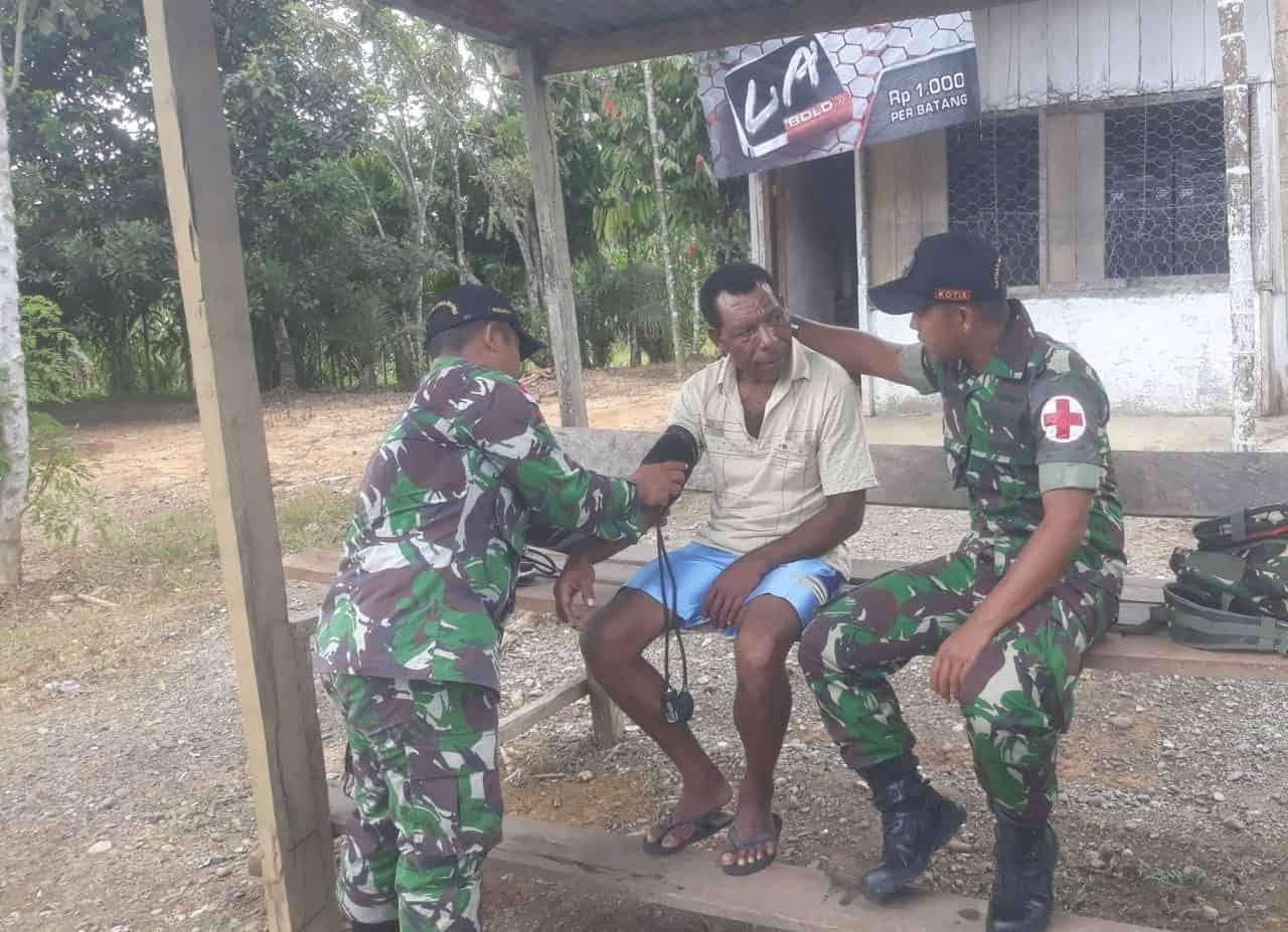 Datangi Rumah, Satgas Yonif 509 Pastikan Kesehatan Warga Papua