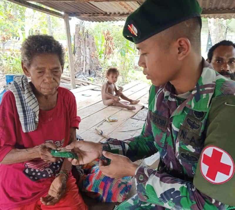 Layanan Kesehatan Satgas Yonif R 300 Jamin Kesehatan Warga Lansia di Perbatasan Papua