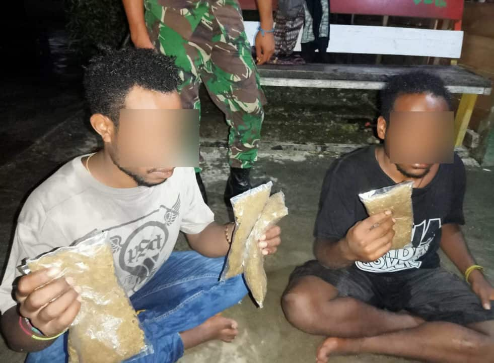 Bawa Ganja, Dua Mahasiwa Diamankan Satgas Yonif 713 di Mosso Papua