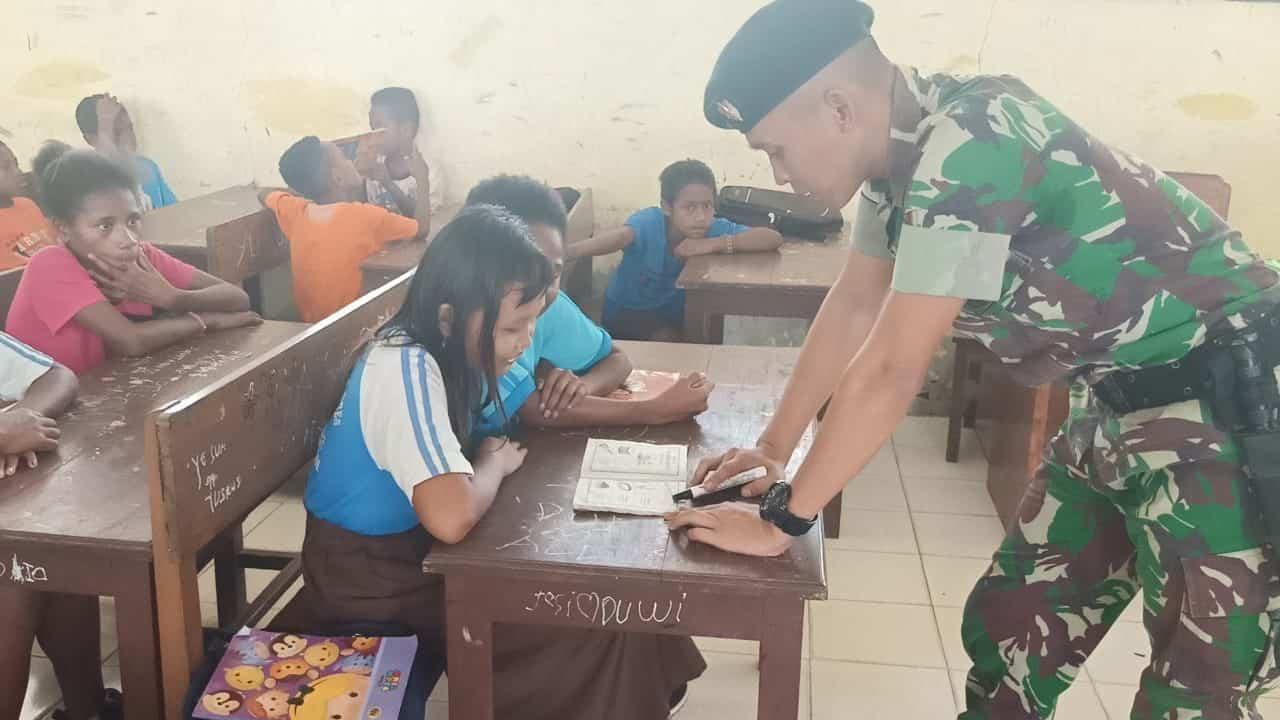 Kembangkan Kompetensi Putra Daerah Papua, Satgas Pamtas Yonif R 300 Ajarkan Bahasa Inggris