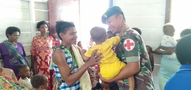 Posyandu Satgas Yonif R 300 Pastikan Kesehatan Ibu dan Balita di Yabanda Papua