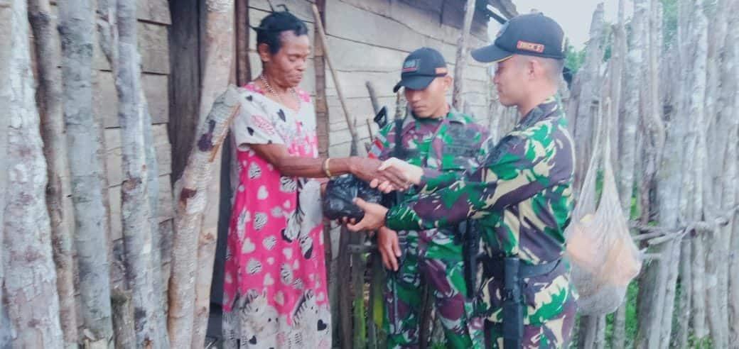 Jalan Curam dan Berliku, Satgas Yonif R 509 Bagikan Sembako di Papua