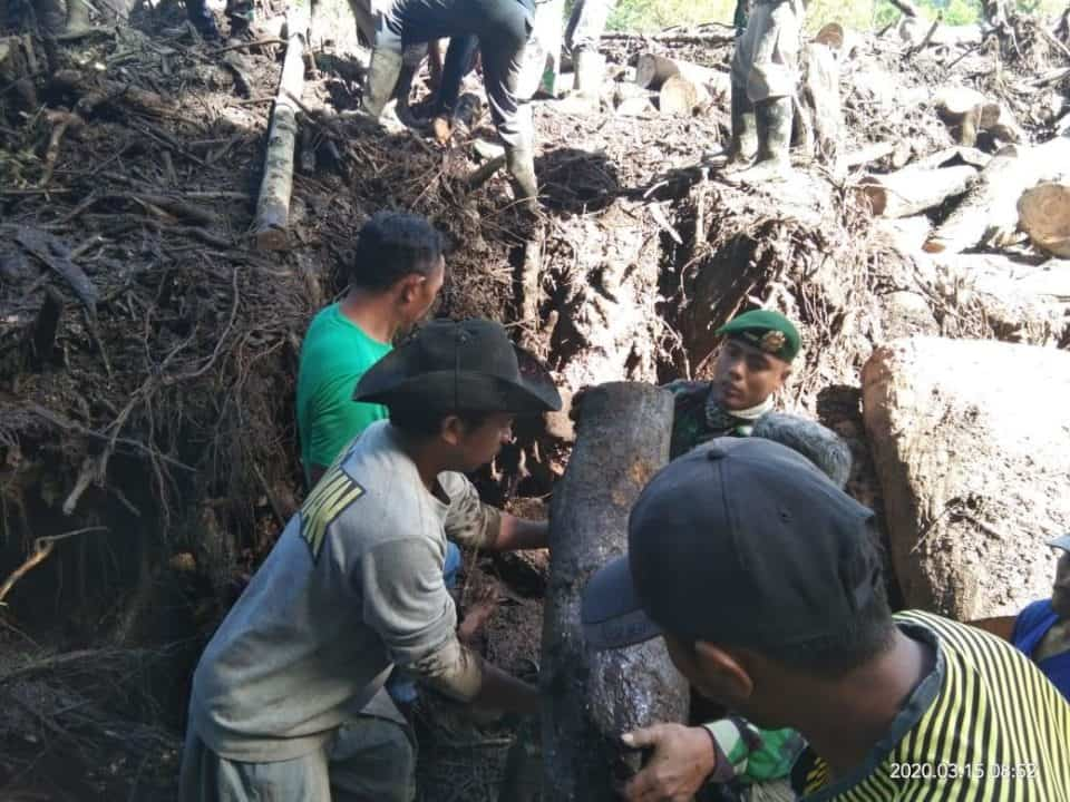 Yonif 514 Bersihkan Lumpur Pasca Banjir Bondowoso