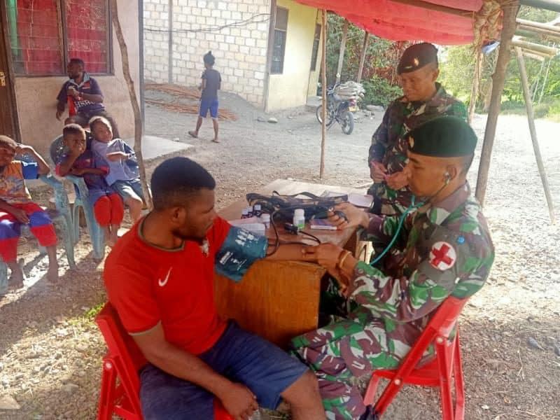 Pengobatan Satgas Yonif 300 Atasi Keluhan Warga Papua