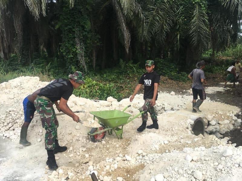 Buatkan Jalan Untuk Warga, Satgas Yonif R 300 Gugah dan Pelihara Semangat Gotong-Royong di Perbatasan