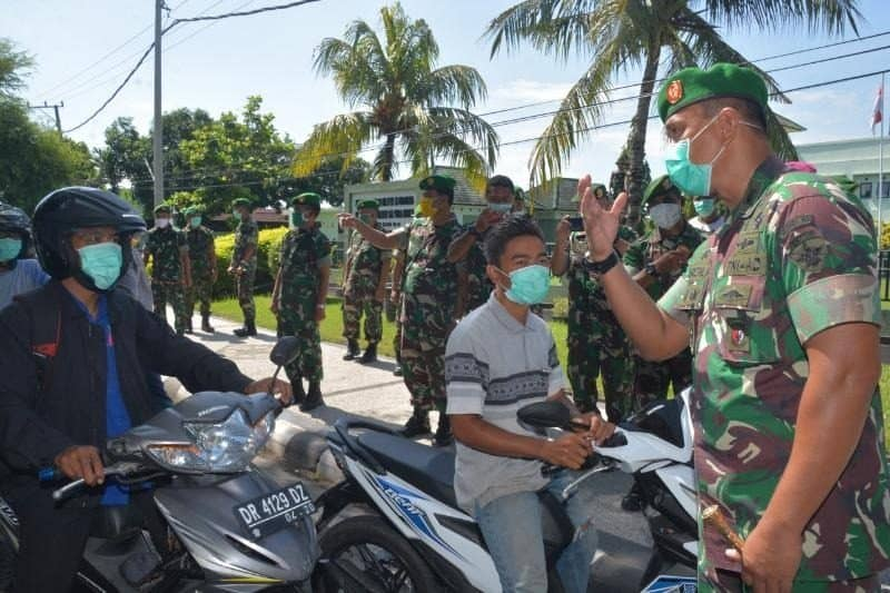 Edukasi Warga Cegah COVID-19, Korem 162 Bagikan Masker di Mataram