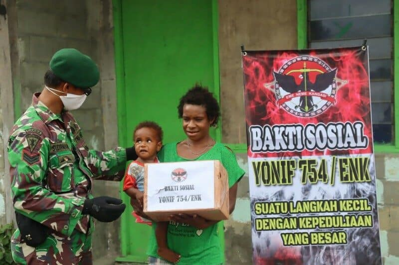 Physical Distancing Di Papua, Yonif 754 Bagikan Sembako Door to Door