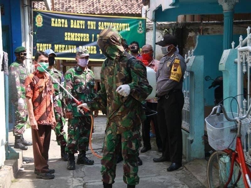 Perang Lawan Corona, Yonif MR 412 Semprotkan Disinfektan Sterilkan Kampung
