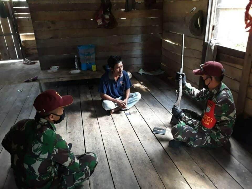 Sukarela, Mat Ali Serahkan Senjata Bowmen Ke Satgas Yonif R 641