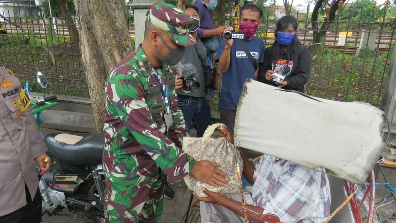 Sepi Penumpang, Puluhan Tukang Becak Terima Sembako Kodim 0814/Jombang