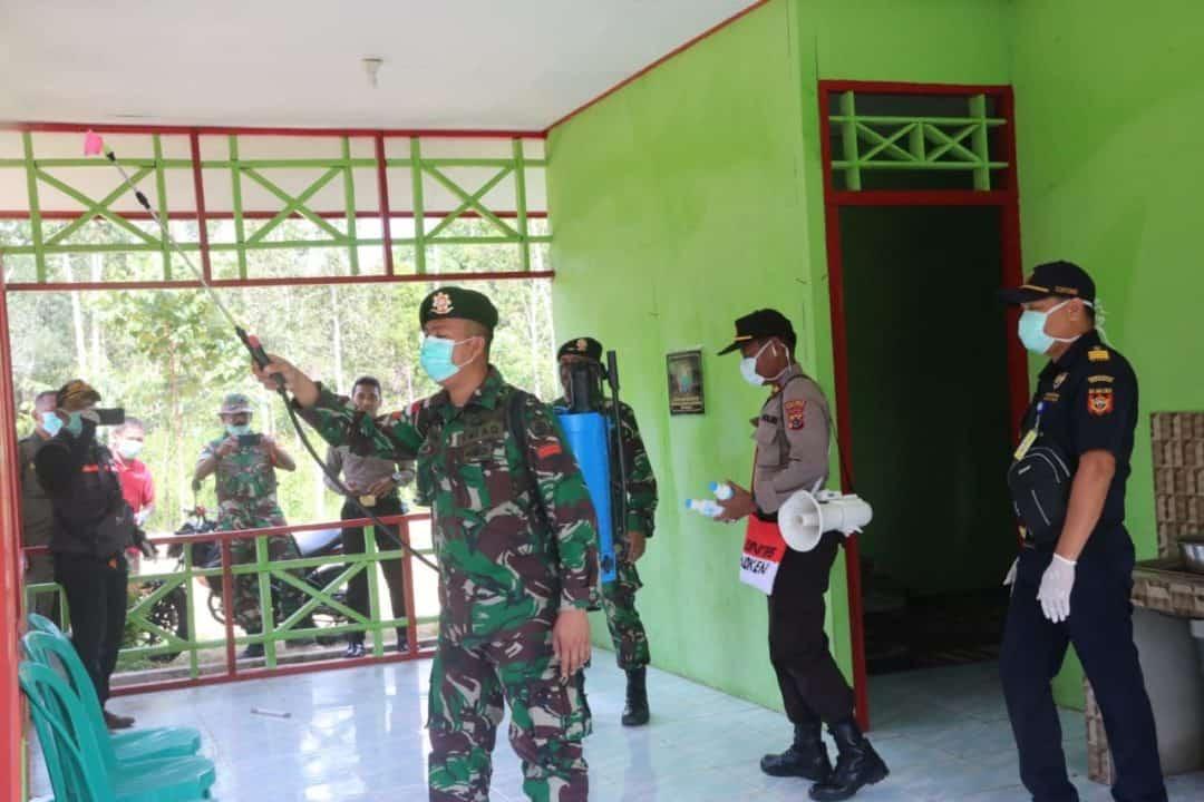 Putus Sebaran Corona, Satgas Yonif 411 Semprot Disinfektan Tiga Distrik di Papua