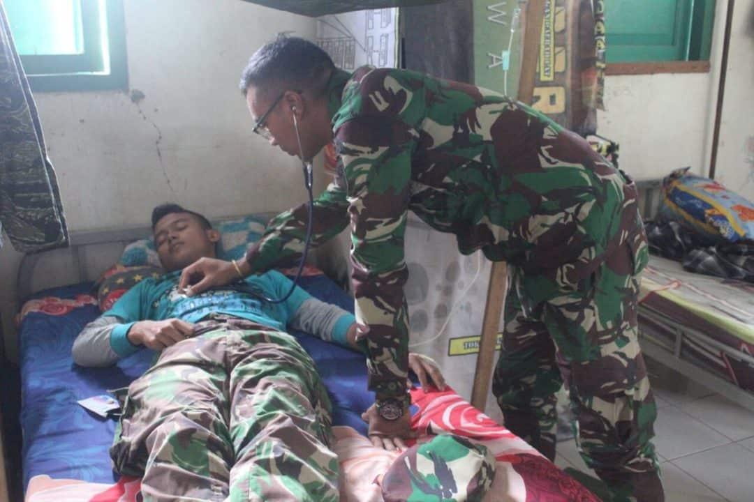 Pastikan Kondisi Prajurit di Tengah Wabah Corona, Dokter Satgas Yonif 713 Cek Kesehatan di Pos