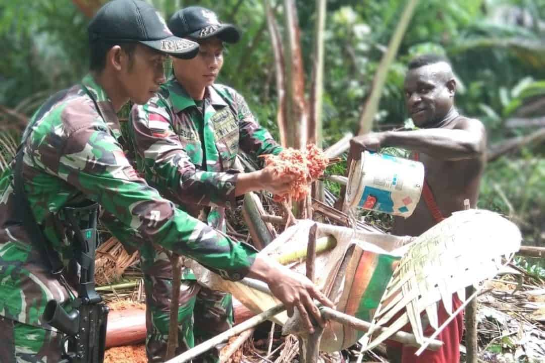 Patroli Simpatik, Satgas Yonif R 411 Cek Kesehatan Warga di Hutan Papua