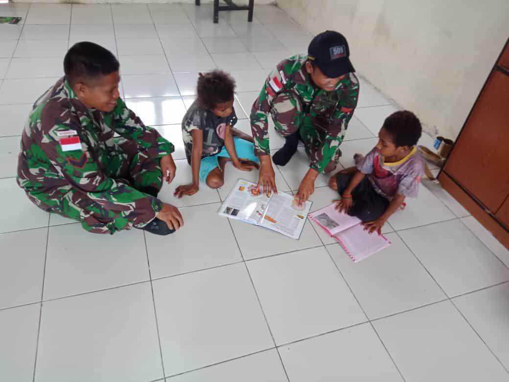 Peduli Anak Papua, Satgas Yonif 509 Door to Door Mengajar di Rumah Warga