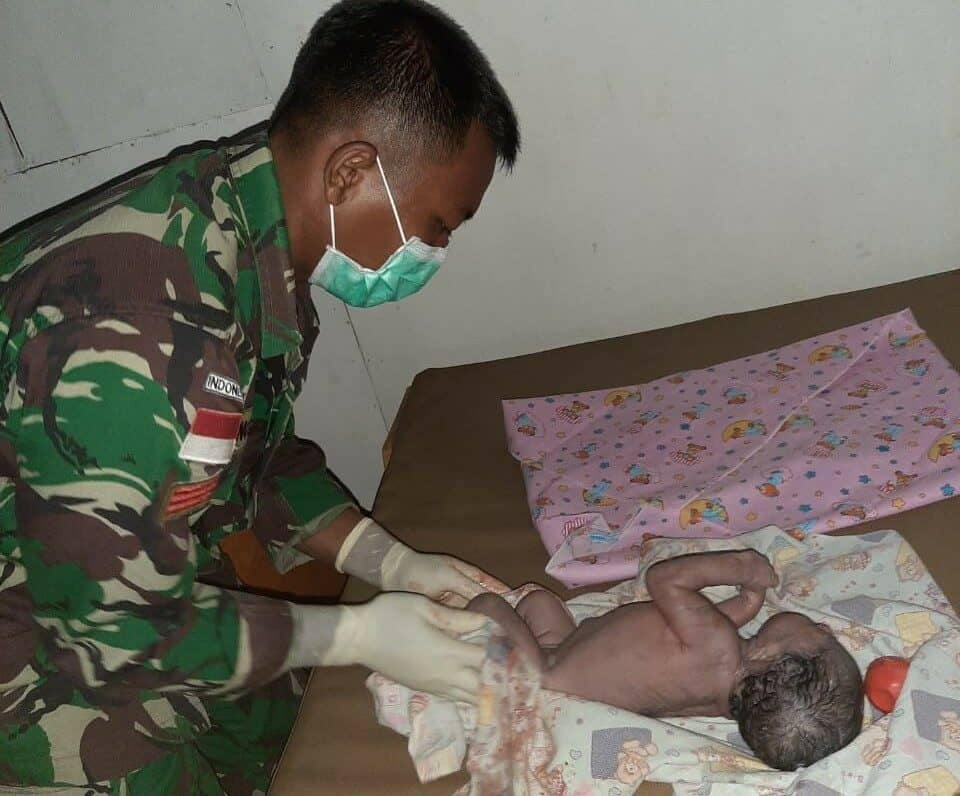 Ditengah Wabah Corona, Satgas Yonif 411 Bantu Kelahiran Bayi Papua