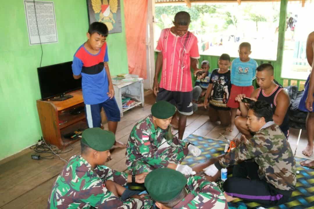 Sadar Kesehatan, Tiga Putra Papua Minta Dikhitan Satgas Yonif MR 411