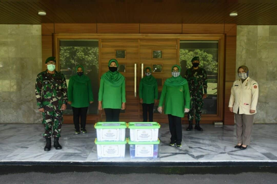 Persit Kodiklatad Sumbang APD dan Masker Dua Rumah Sakit TNI AD