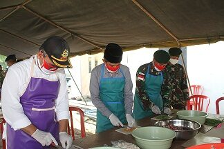 Dapur Umum Yonif 413 Atasi Kesulitan Warga Hadapi Corona