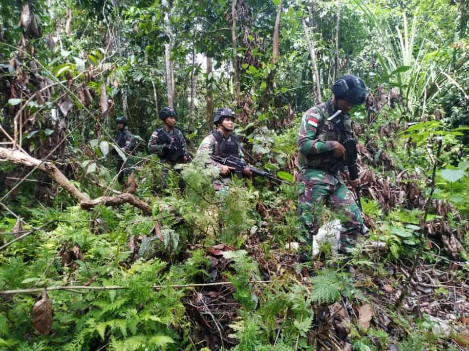 Ramadan Aman dan Nyaman, Satgas Yonif 300 Patroli di Hutan Papua