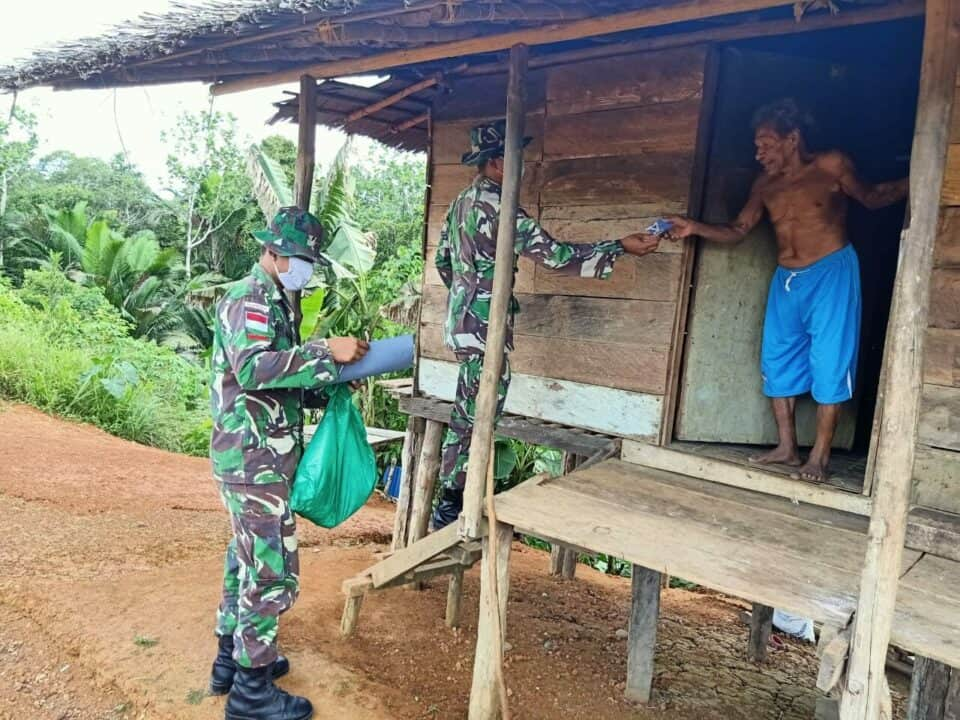 Bagikan Masker, Satgas Yonif 406/CK Putuskan Rantai Corona di Papua
