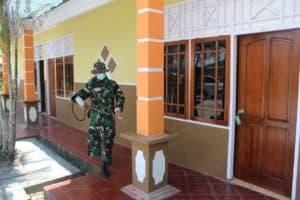 Lindungi Warga Papua, Satgas Yonif 713 Disinfektan Muara Tami
