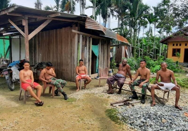 Tingkatkan Imunitas, Satgas Yonif R 300 dan Warga Papua Berjemur Bersama