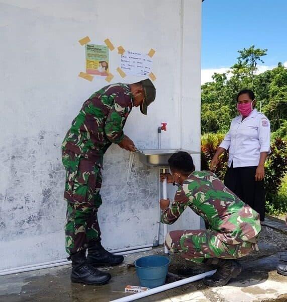 Bangun Tempat Cuci Tangan, Satgas Yonif 754 Cegah Covid-19 di Papua