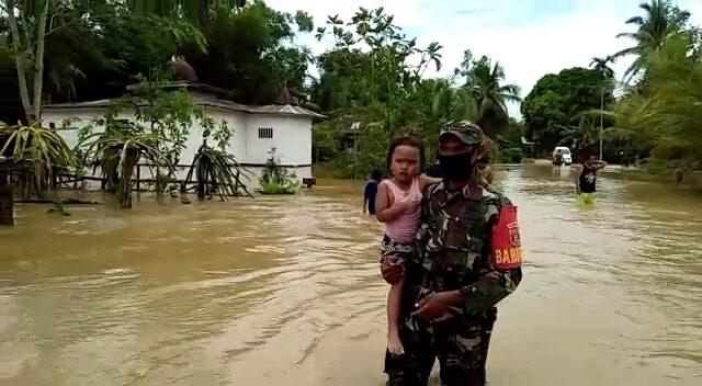 Balita 2 Tahun Dievakuasi Sertu Ibrahim dari Banjir di Penajam