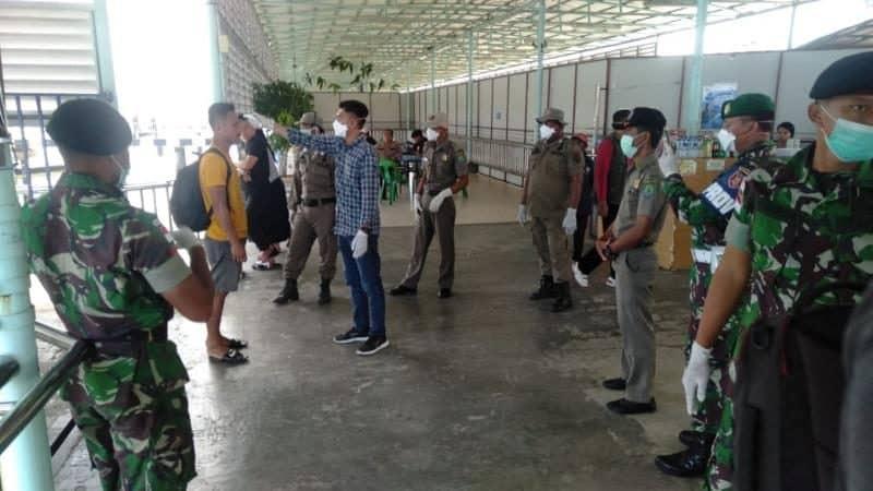 Tutup Sebaran COVID-19, Satgas Yonif R 600 Jaga Ketat Pelabuhan