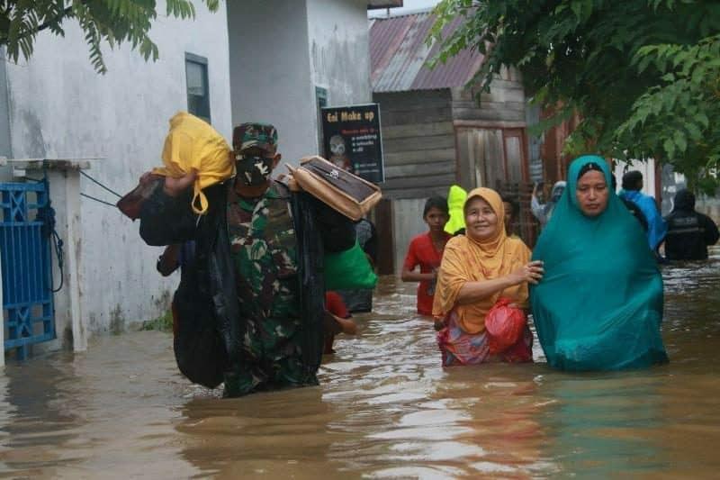 Terjebak Banjir, Yonif R 112 Evakuasi Warga di Aceh Besar