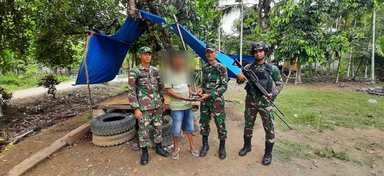 Berkah Idul Fitri, Warga Papua Sukarela Serahkan Senjata Ke Satgas Yonif 300