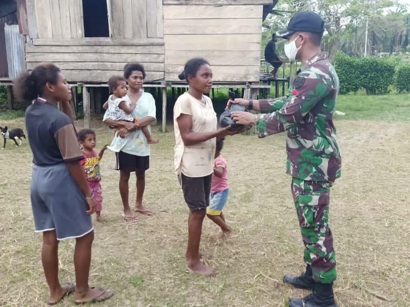 Lebaran Satgas Yonif 300, Silaturahmi dan Berbagi Bersama Warga Papua di Perbatasan