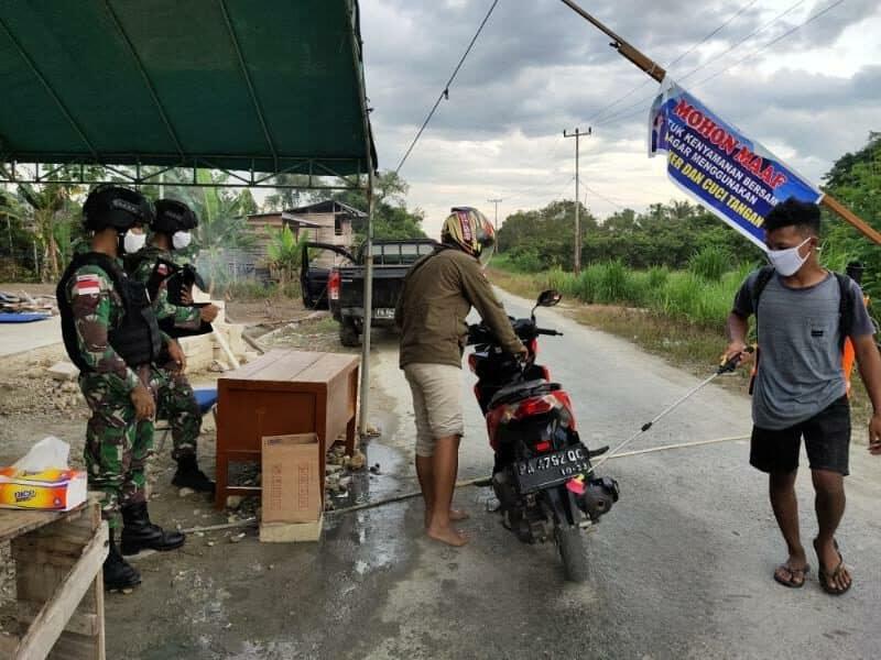 Cegah Penyebaran, Satgas Yonif 300 Bantu Pengawasan Posko Covid-19 di Perbatasan