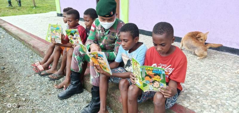 Hadapi Pandemi Covid-19, Satgas Yonif 300 Ajak Anak Papua Sekolah Gembira