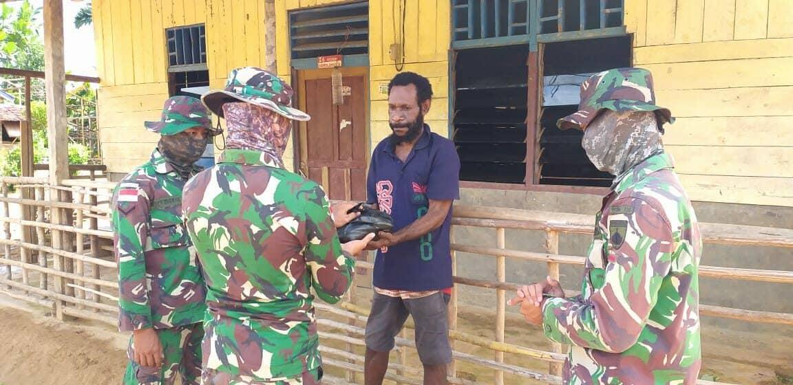 Sembako Satgas Yonif 406, Berbagi Bahagia Lebaran di Papua