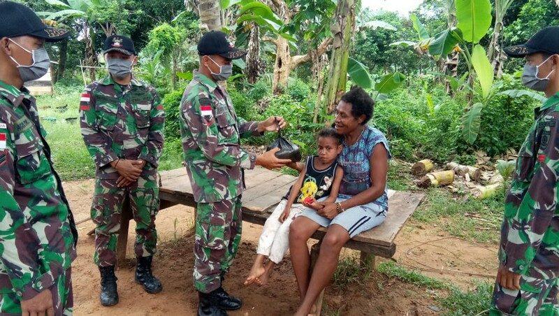 Sembako dan Masker Satgas Yonif MR 411 Bagi Warga Papua
