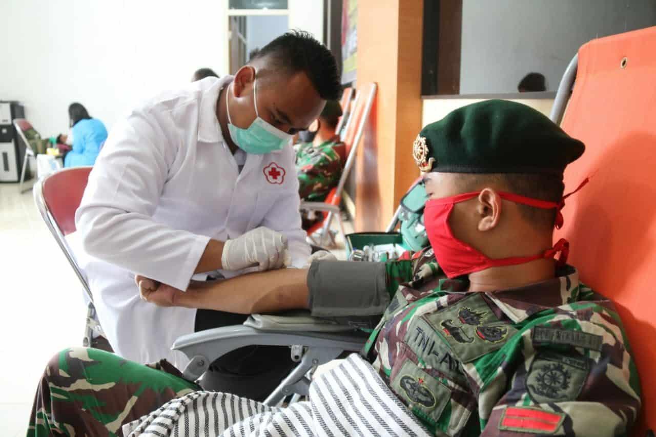 Maknai HUT, Satgas Yonif MR 411 Bantu Tenaga Medis dan Donor Darah